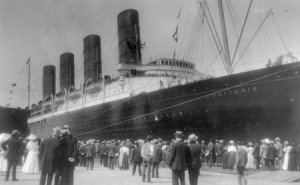 55_crowd_viewing_the_rms_lusitania